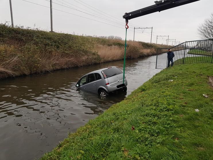 Geparkeerde auto rolt te water in Heerhugowaard