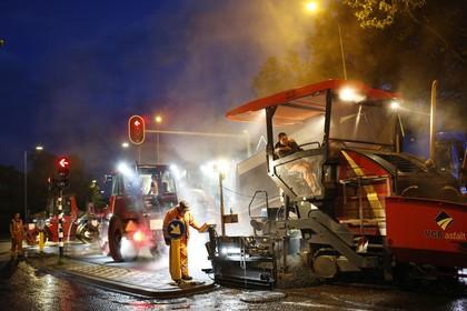 Johannes Geradtsweg krijgt net voor ochtendspits nieuwe laag asfalt