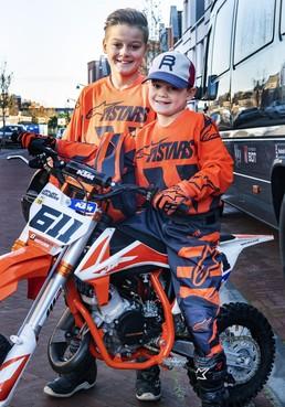 Deacon en Jay Jay keien in de DMX-motorcross
