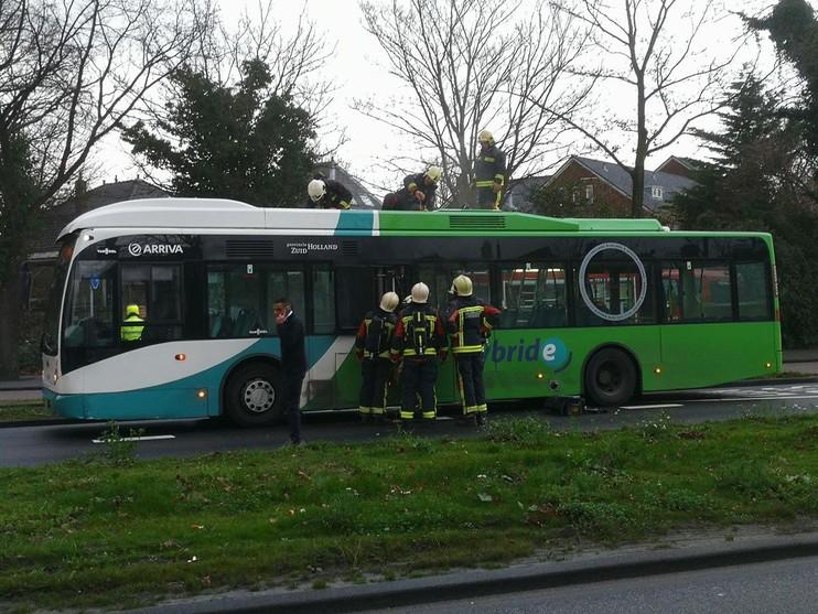 Dak van bus in Leiden vat vlam