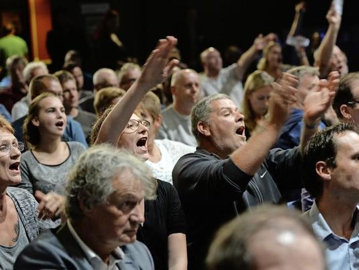 Tegenstanders van een asielzoekerscentrum laten zich horen tijdens een extra raadsvergadering in Purmerend.
