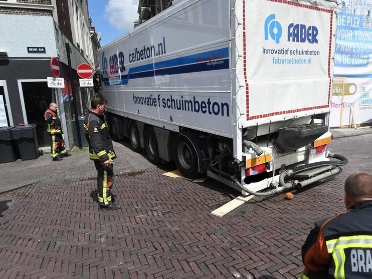 Vrachtwagen vast op Nieuwe Rijn in Leiden