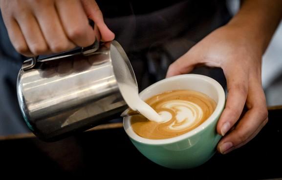Vluchtelingen schenken koffie op stations