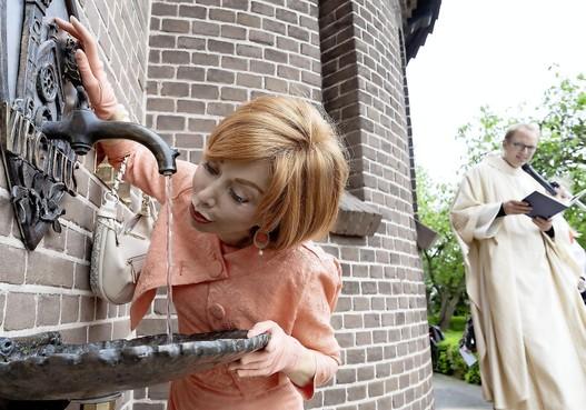 Marijke Helwegen onthult 'Bron van Levend Water' bij kerk in Heerhugowaard De Noord