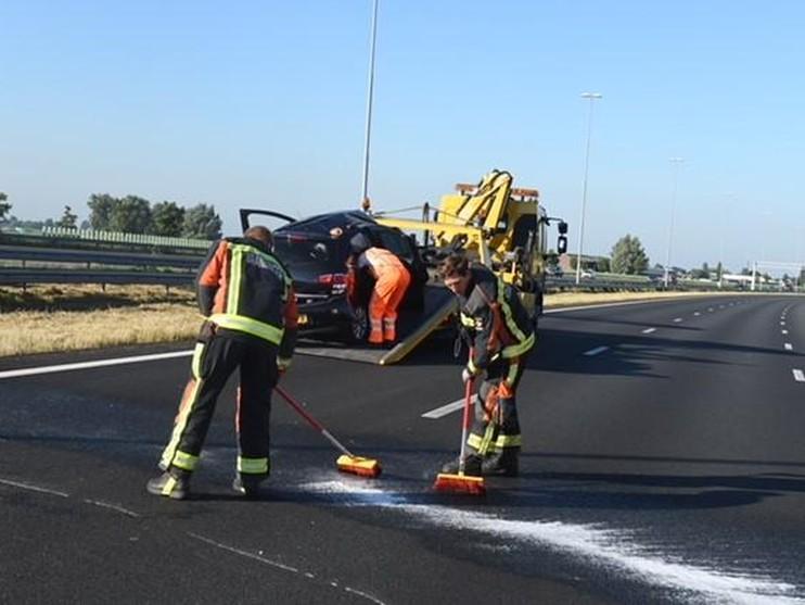 Auto over de kop bij Roelofarendsveen, A4 richting Den Haag weer open [update]