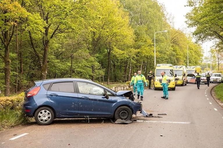 Auto crasht tegen lantaarnpaal in Eemnes, vijf inzittenden naar het ziekenhuis [update]