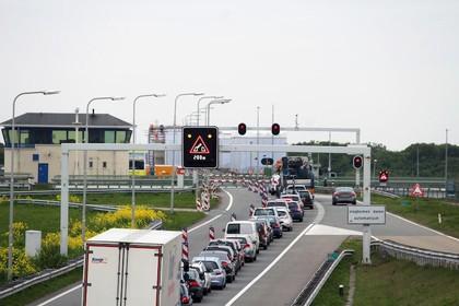 Afsluitdijk deels afgesloten wegens ongevallen; rijstrook weer open [update]