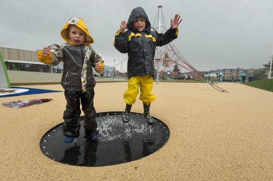 Katwijkse jeugd trotseert regen in nieuwe speeltuin Aquamar