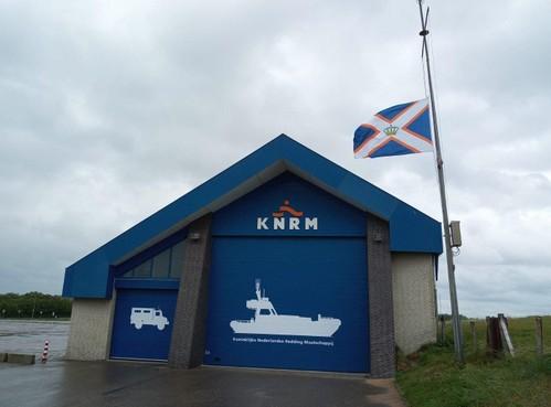 Vlag KNRM-stations Katwijk en Noordwijk halfstok na dood van Franse collega's