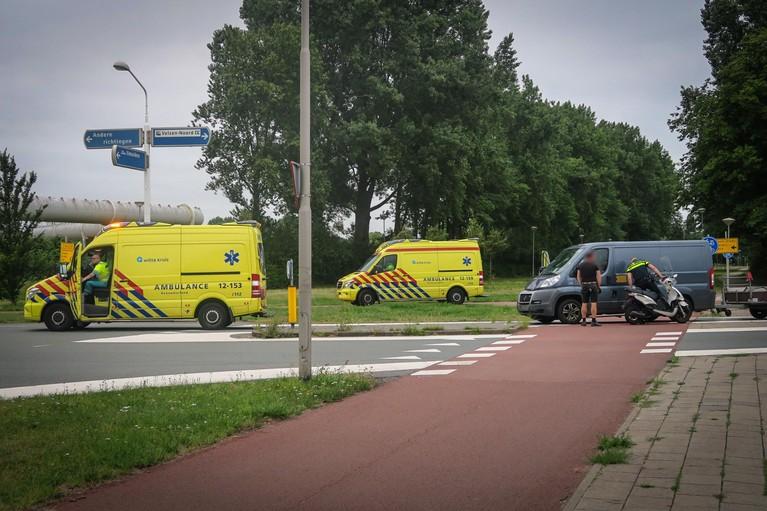 Bestuurder snorscooter gewond bij aanrijding met bestelbus in Velsen-Noord