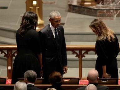 Obama en Bush roemen McCain in rouwdienst