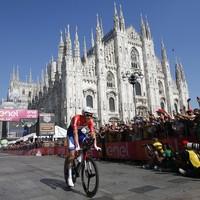 Tom Dumoulin rijdt langs de kathedraal van Milaan.