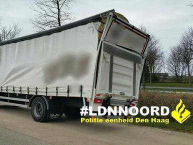 Vrachtwagen botst op Torenvlietbrug en rijdt zwaar beschadigd door