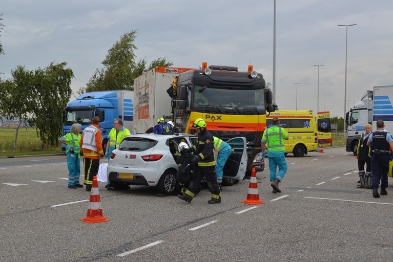 Frontale botsing auto en vrachtwagen bij Schiphol