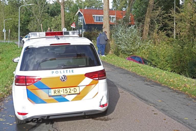 Auto rijdt de sloot in aan de Noord Schalkwijkerweg in Haarlem
