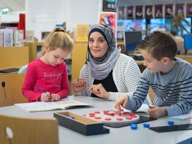 Syrische helpt leerlingen Landsmeer met rekenen