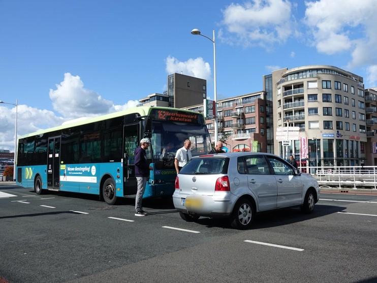 Lijnbus botst tegen auto op Kanaalkade in Alkmaar