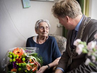 Burgemeester feliciteert honderdjarige in Assendelft