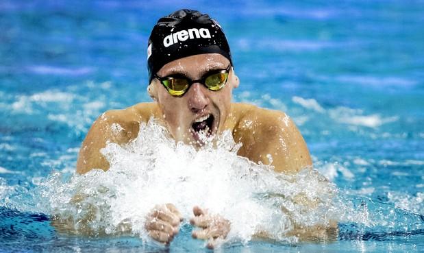 Marcel Schouten zwemt in het Balatonmeer in Hongarije tijdens wereldbeker