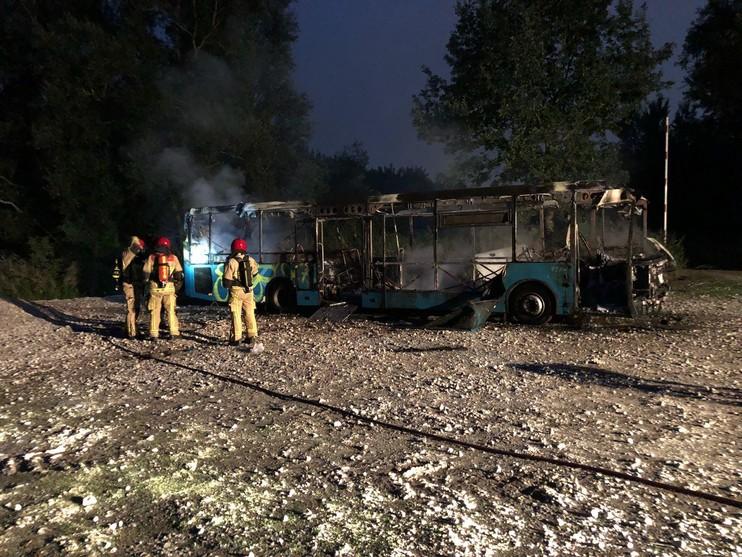 Pech voor duikers: oude bus uitgebrand in Het Twiske