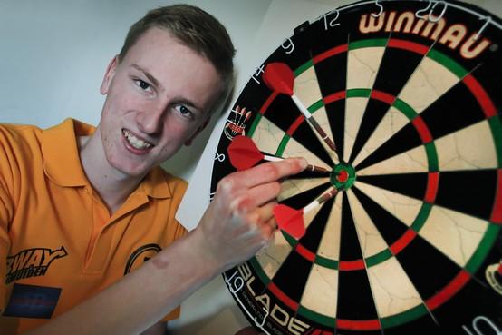 Darter Wessel Nijman uit Uitgeest zit op schema; hij mag gooien op toernooi met Van Gerwen en Taylor