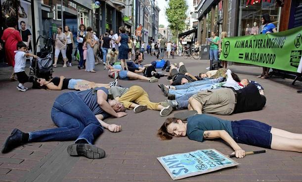 Haarlemse afdeling van klimaatactivistenclub Extinction Rebellion is nog niet zo heel rebels: 'Geen plannen ons ergens aan vast te lijmen en de kleding blijft ook aan' [video]