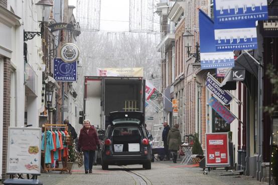 Grachtbewoners in Weesp luiden noodklok over verkeerssituatie Oudegracht, Nieuwstraat en Achter 't Vosje