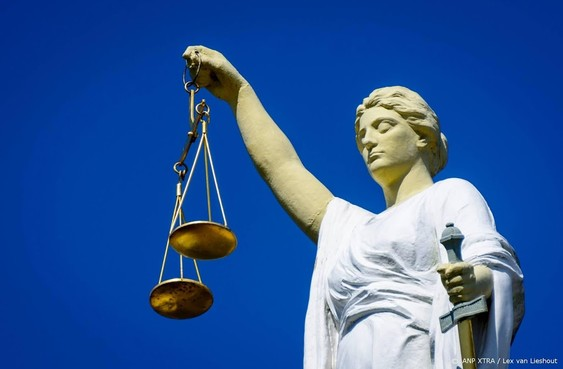 Rechtbank licht vrijspraak schoppen agent toe