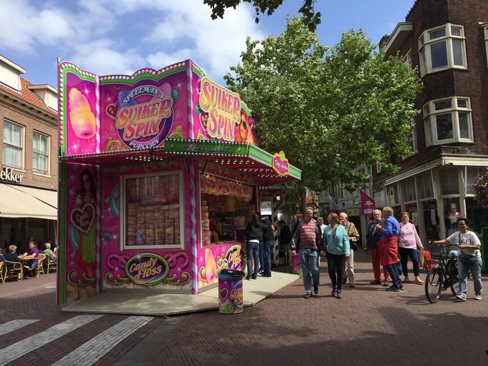Stormachtige en muzikale start van kermis in Hoorn [video]