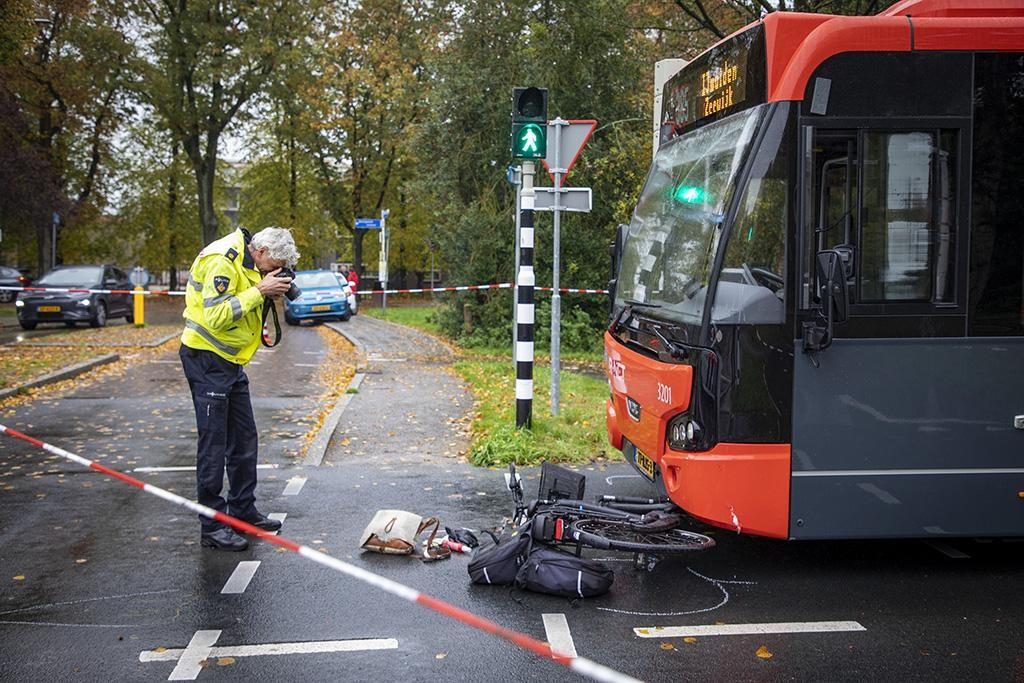 Fietsster gewond bij botsing met snelbus in Driehuis - Haarlems Dagblad