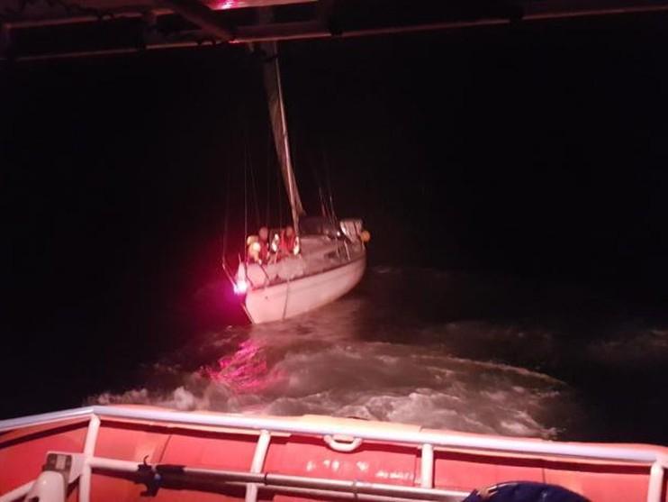 Zeiljacht dobbert stuurloos in zee na brand in machinekamer