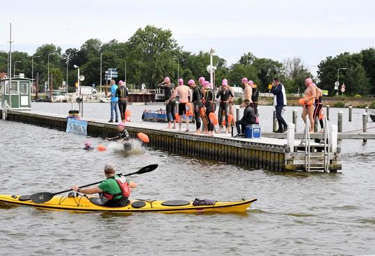 Open water wedstrijd Polderse Oude Veer ook gezellig bij wind in onstuimig decor
