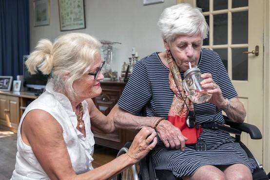 Strengste hitteplan voor ouderen: 'Petje op, schijfjes komkommer eten en héél veel water drinken'