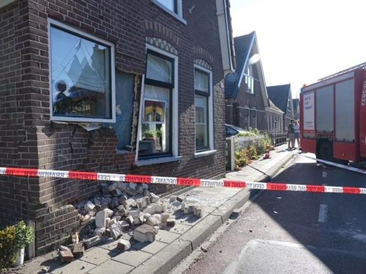 Auto ramt voorgevel van woning in Grootebroek