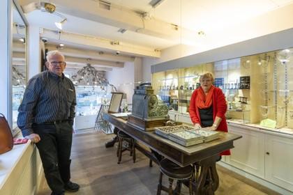 Joop en Trudy Kooreman sluiten na 45 jaar de deuren van sieradenwinkel Entresol op de Nieuwe Rijn