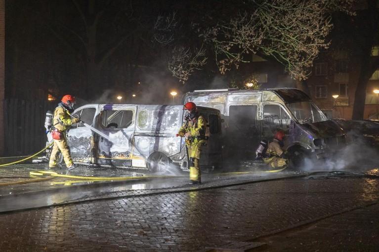 Vier voertuigen in vlammen in Amsterdam-Noord, vermoeden brandstichting