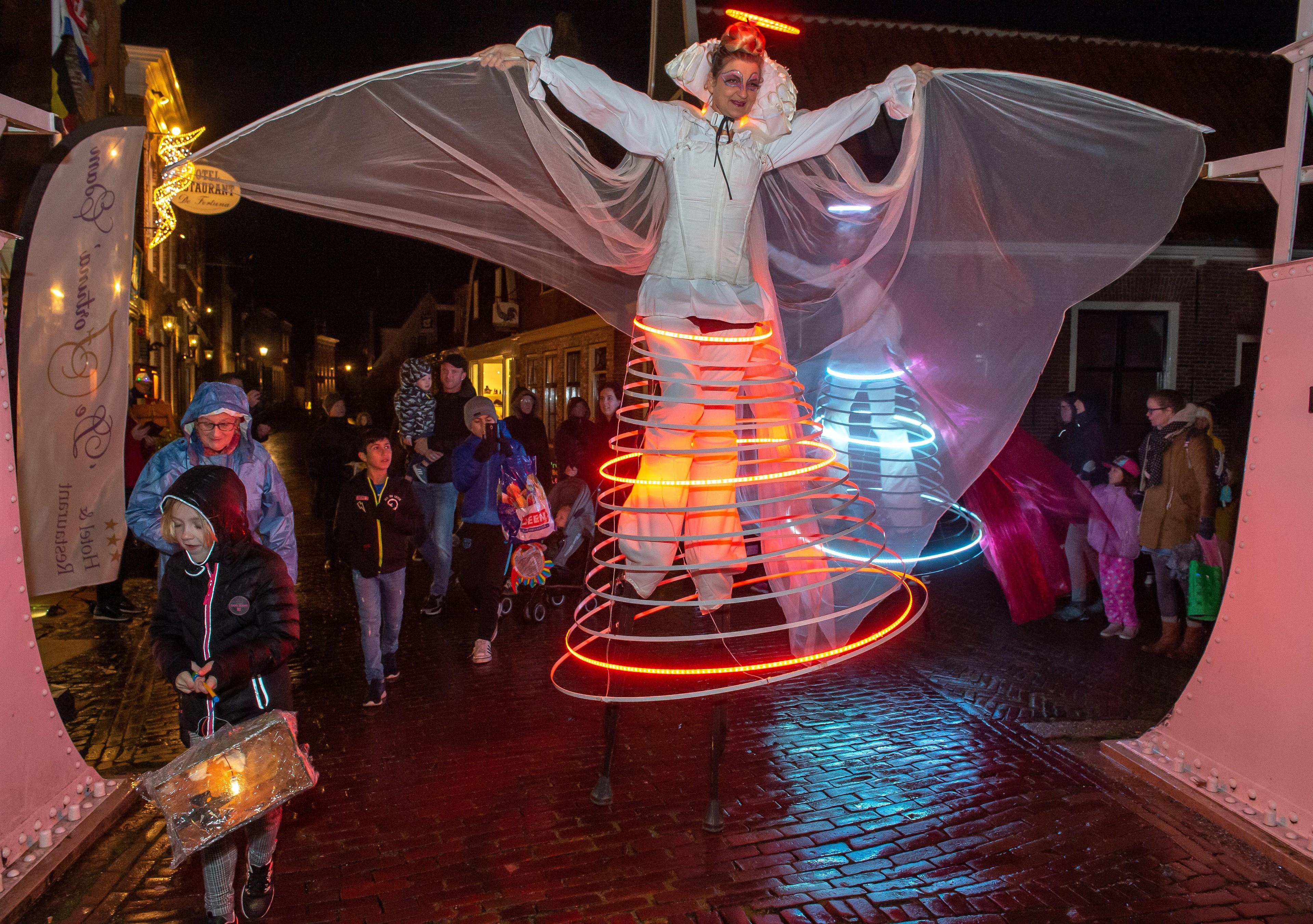 Verlichte engelen luisteren Sint-Maarten in Edam op - Noordhollands Dagblad