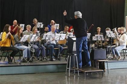 Bij De Adelaar belééft Weesp livemuziek: Koninklijke Harmonie bestaat 135 jaar [video]