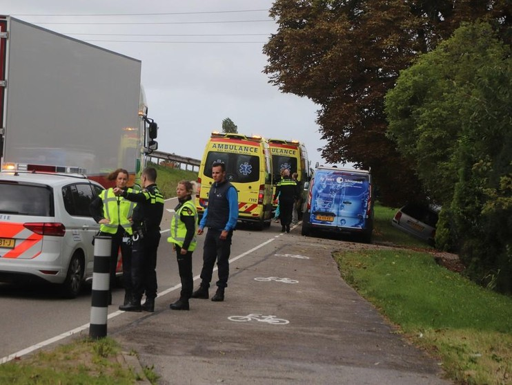 Auto knalt tegen boom in Sassenheim; een inzittende gewond
