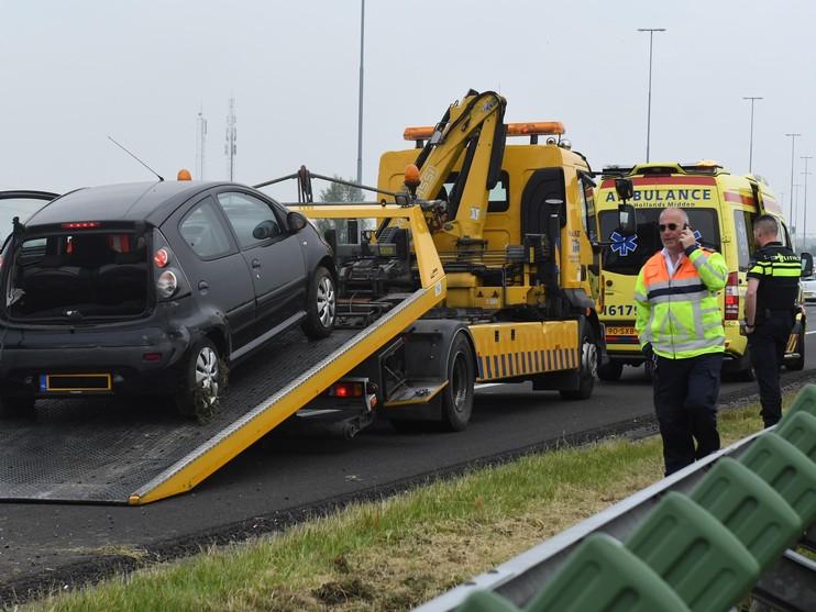 Auto belandt in vangrail op A4 bij Roelofarendsveen
