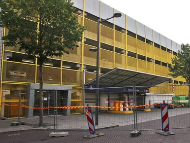 Auto's mogen uit garage Almere gehaald