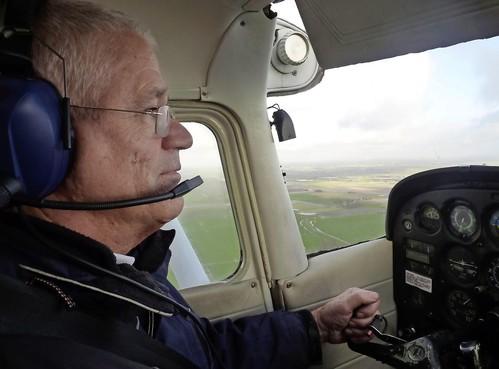 Luchtacrobaat Nico Schipper (70) uit Warmenhuizen maakt lachend loopings - sportvlieger is al bijna halve eeuw actief in het luchtruim