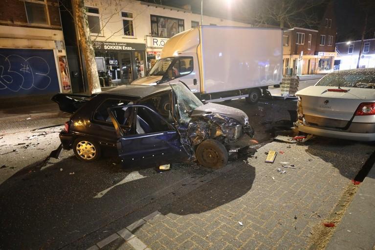 Auto crasht tegen tegemoetkomende vrachtwagen in Hilversum