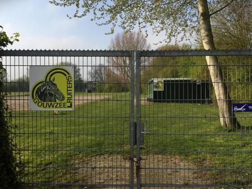 Gif in zand paardenbak Gouwzeeruiters in Monnickendam; opnieuw financiële strop voor Waterland
