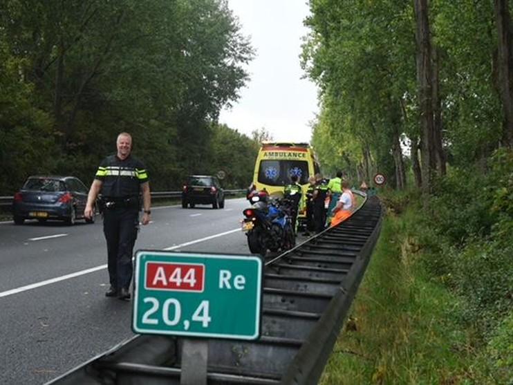 Motorrijder raakt gewond bij ongeluk op A44, file richting Wassenaar