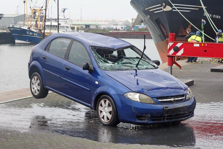 Auto uit het water getakeld in IJmuiden