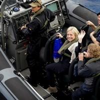 Hennis (midden) als minister op werkbezoek bij de Koninklijke Marine.