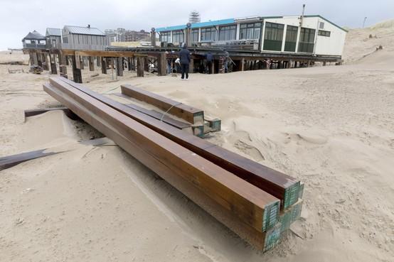 Verhuizing strandpaviljoen De Uitkijk in Egmond aan Zee loopt op rolletjes: 'Alsof Tesla langs rijdt, als-ie gaat'