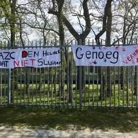 De bewoners van het asielzoekerscentrum hebben spandoeken opgehangen bij de ingang.