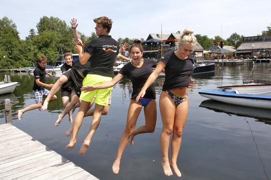 Personeel van Ottenhome koelt af met sprong in de eigen haven